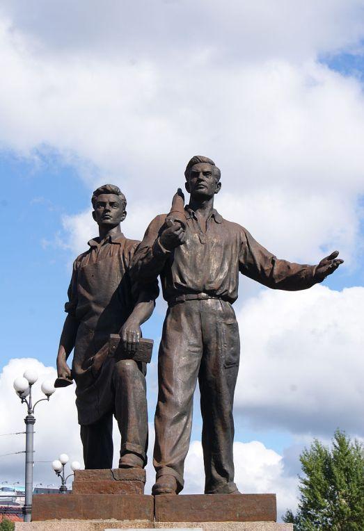 Soviet_statue_on_the_Green_Bridge_in_Vilnius_(8123389674)