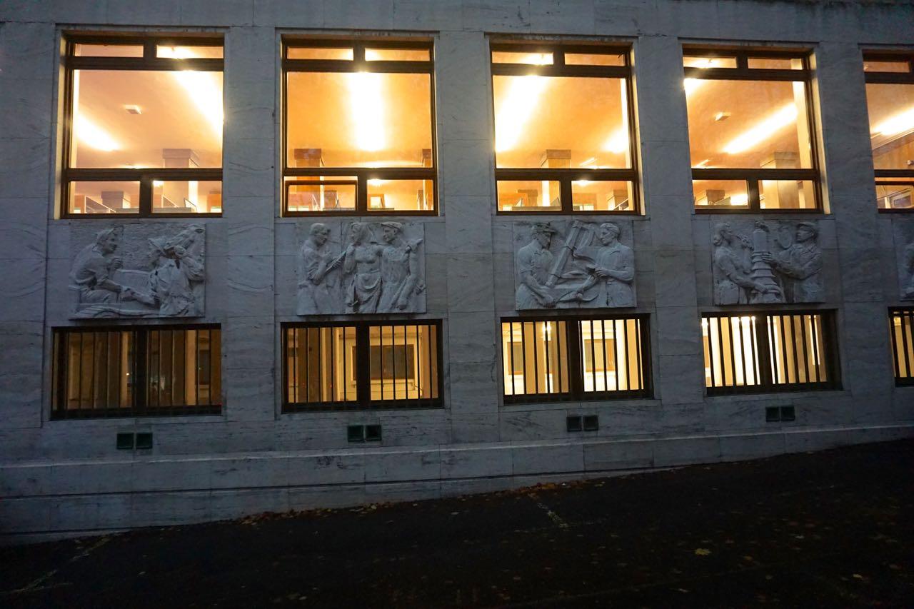 Reliëf | Faculteit Bouwkunde | Bratislava | Slowakije | november 2018 | © Martijn Haan