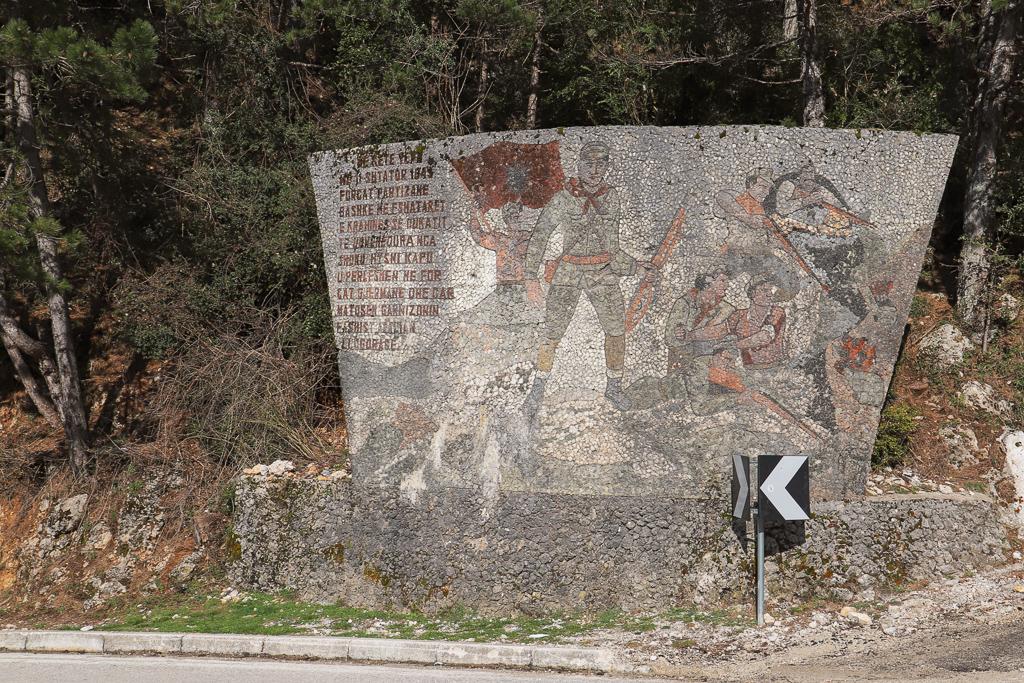 Monument in mozaïek voor partizanen | weg naar Vlorë