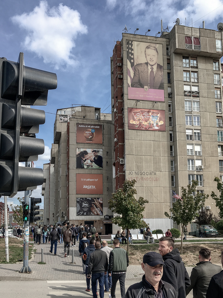Plattenbau en standbeeld Bill Clinton | Pristina | Kosovo