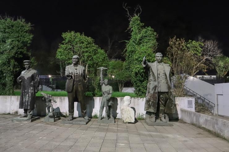 Beelden achter Nationaal Museum voor Kunst | Tirana | Albanië