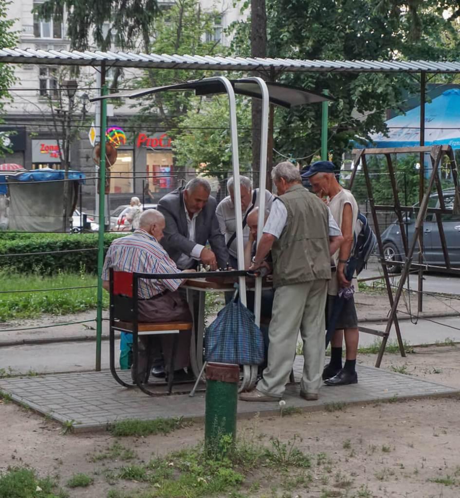 Schakende mannen in Eminescu Park | Chisinau | Moldavië