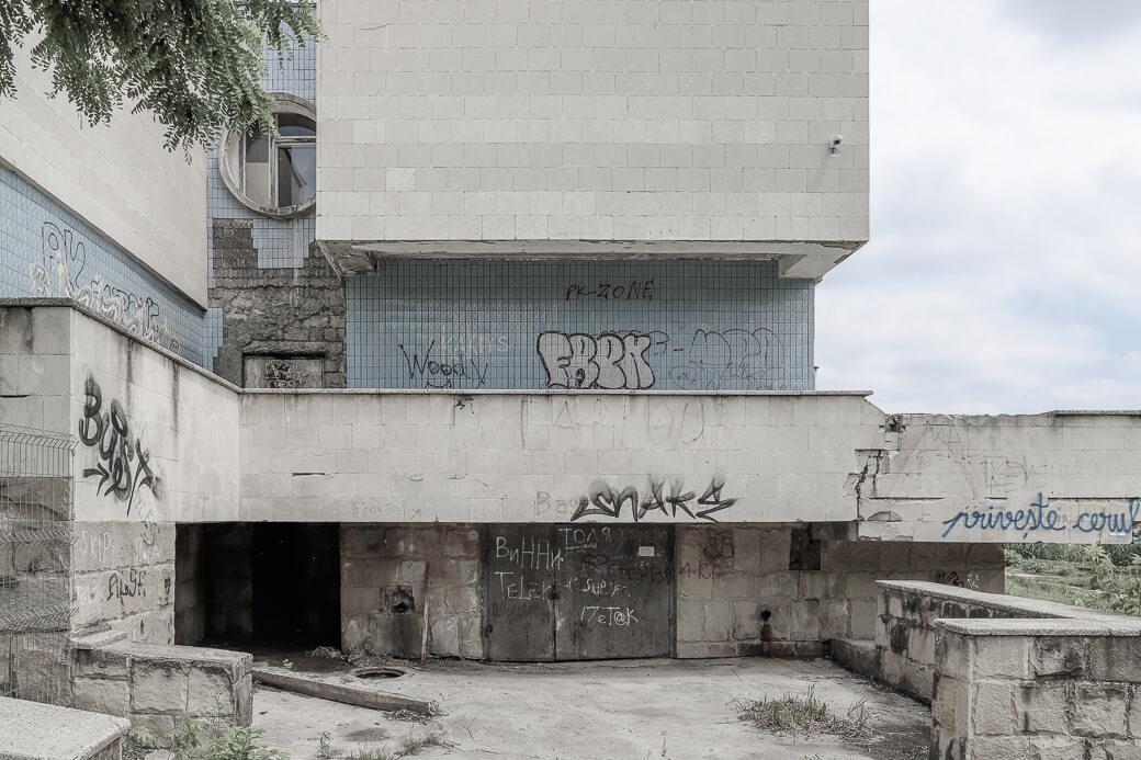 Brutalistisch badhuis bij Lakul 1 | Chisinau Moldavië