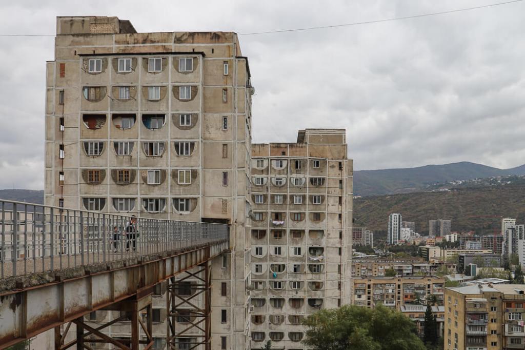 Nutsubidze flats met luchtbrug | Tbilisi | Georgië