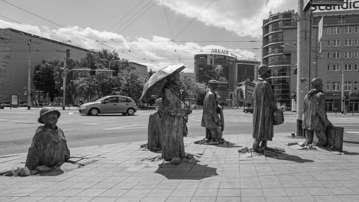 Beeldengroep voorbij arcades | Wroclaw | Polen