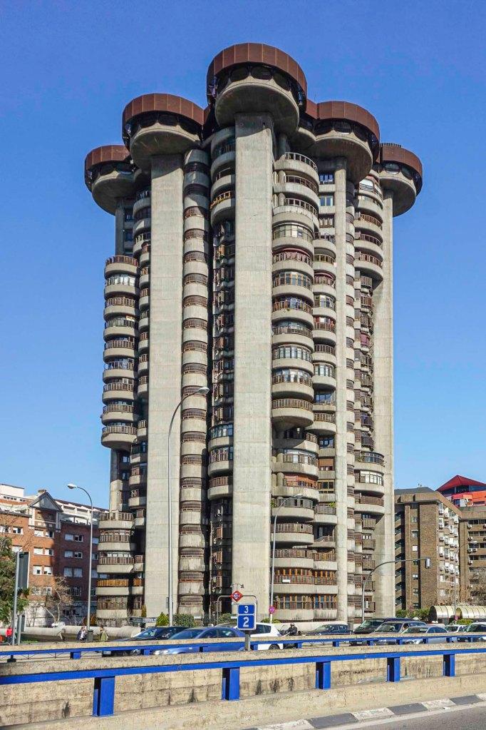 Foto van woontoren Torres Blancas in Madrid.